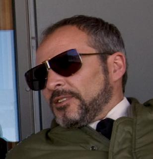Fernando Guillén Cuervo wearing vintage Boris Becker sunglasses in the movie Qua