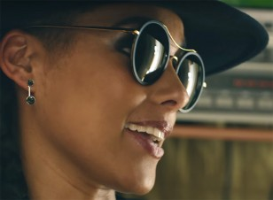 The sunglasses worn by Alicia Keys in the 2015 Levi's commercial look very similar to Gucci GG 4252 sunglasses