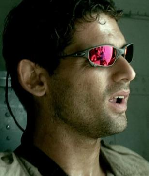 Eric Bana wears Oakley Juliet sunglasses in Black Hawk Down