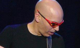 Joe Satriani live on February 4, 2005, wearing Oakley Straight Jacket Cannon Red