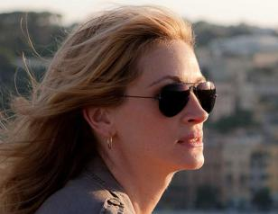 Julia Roberts wears Ray-Ban 3025 Aviator sunglasses in the film Eat, Pray, Love